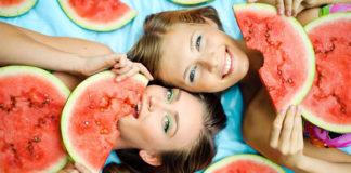 Девушки лежа кушают арбуз