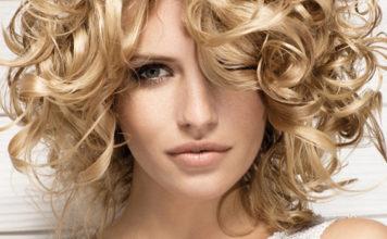 Девушка с кудрявыми светлыми волосами