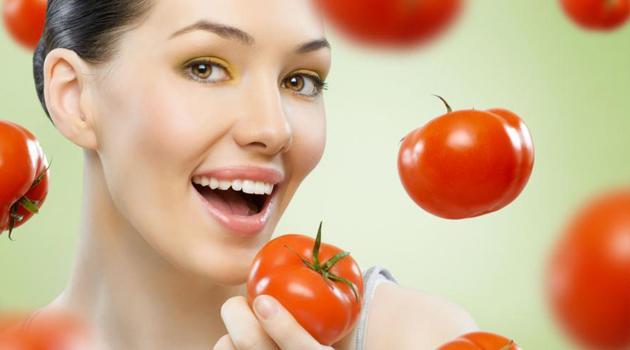 Девушка и помидоры