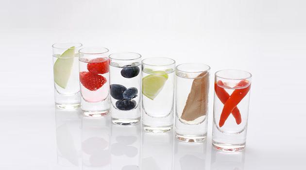 Стопочки с жидкостью и разными ингредиентами